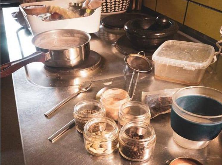 Indischen Masala Chai zuzubereiten